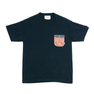 Контрастный карман на футболке