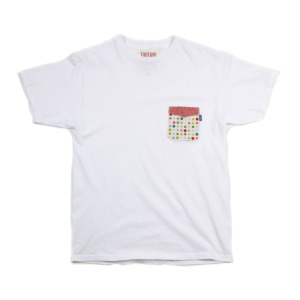 Контрастный карман на футболке.