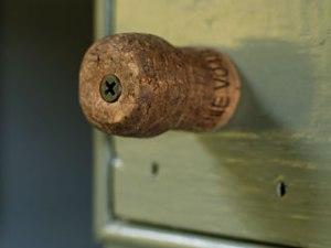 Ручка для дверцы из пробки repurposed-champagne-cork