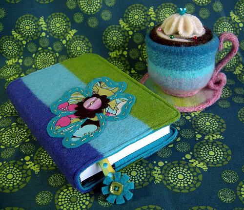 обложка для книги и пирожное из старого свитера