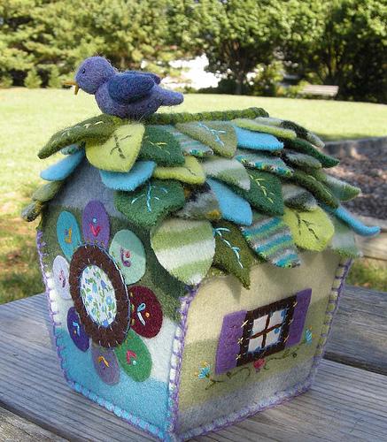 игрушечный домик из старого свитера