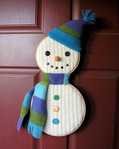 снеговик из старого свитера