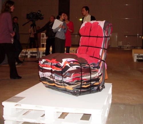 Тряпичное кресло из спрессованной одежды от дизайнеров фирмы DROOG(илл.)